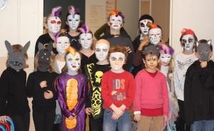 De jolis masques faits par les enfants.