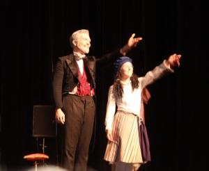 Les acteurs saluent le public.