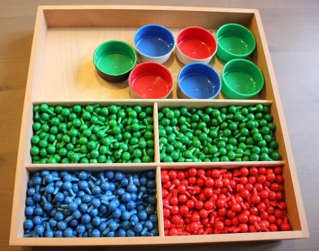 Les clous de différentes couleurs.