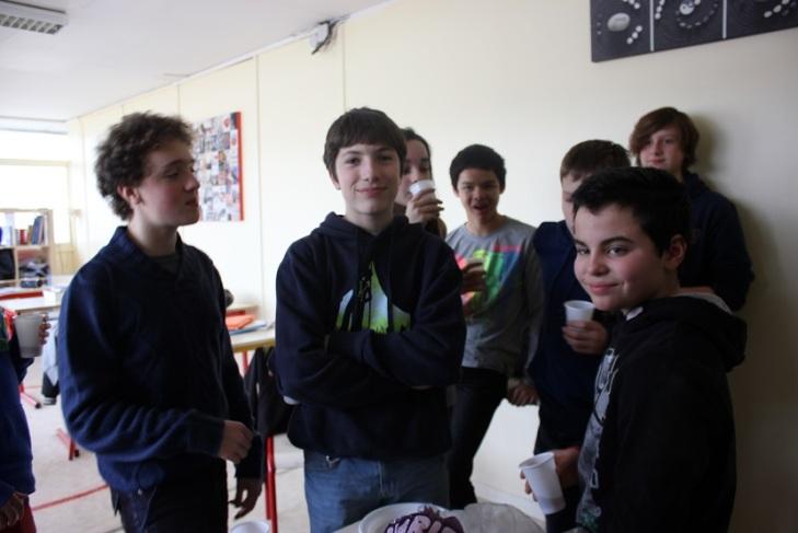 Des collégiens prennent un bon goûter avec leur professeur de mathématiques.