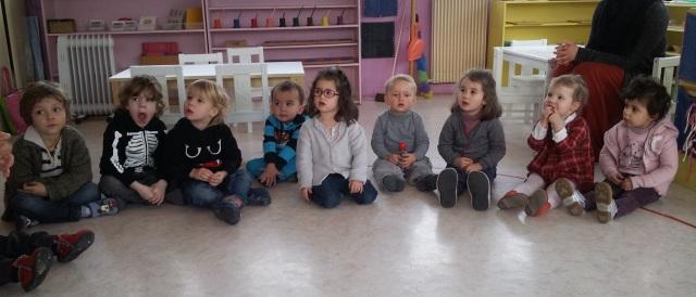 Les maternelles très attentifs écoutent l'animatrice.