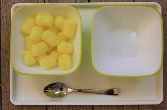 Montessori verser avec cuillère