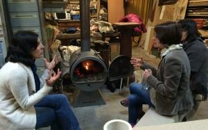 Un petit café au coin du feu dans l'atelier.