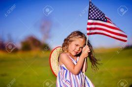 Fille avec drapeaux américain